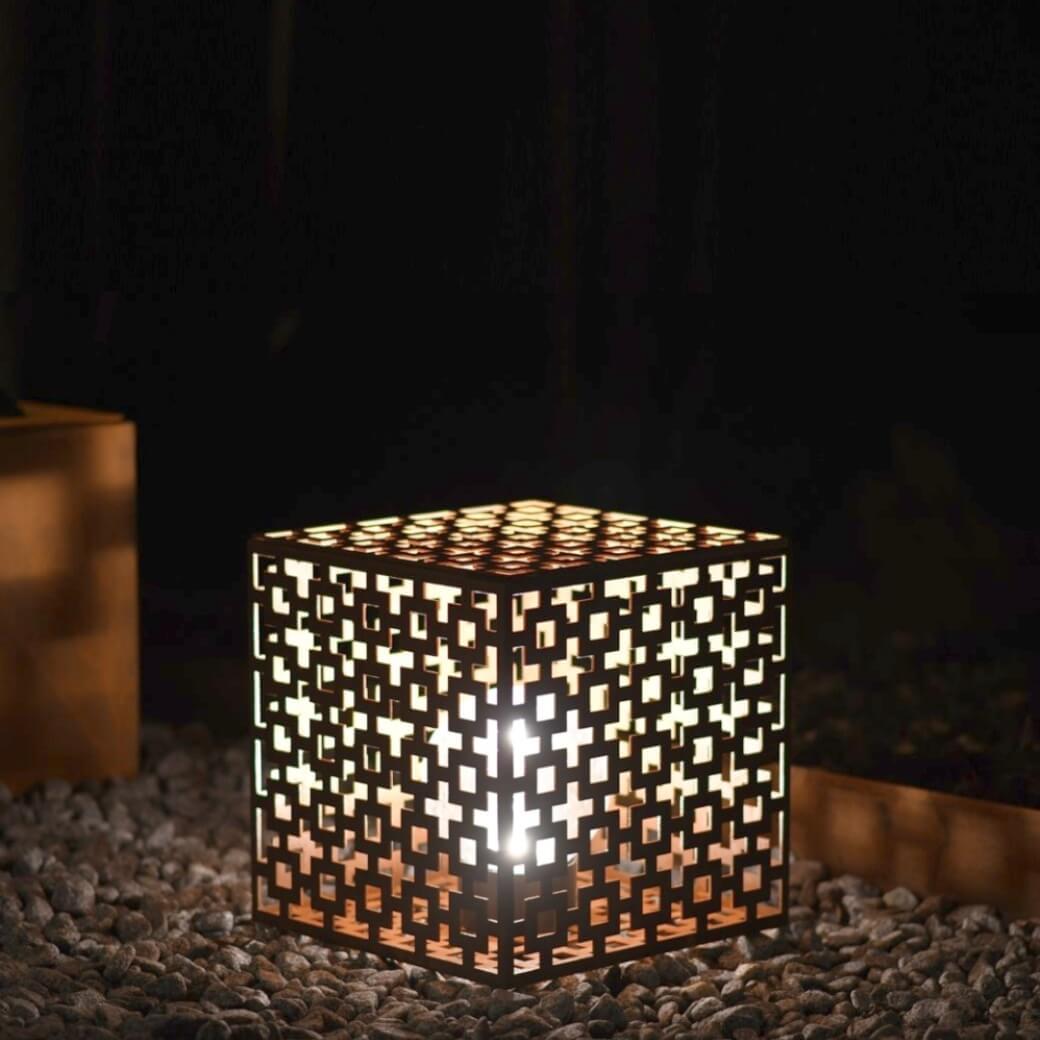 Art cube med klart glas. Cortenfabriken skapar unik minimalistisk belysning & inredning för privat & offentlig miljö. Design för trädgård, uteplats & heminredning.