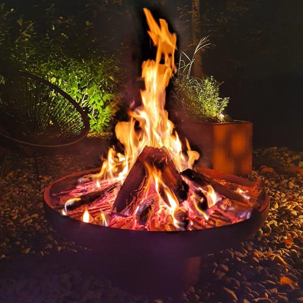 Fat med eldgaller i Corten: en unik eldstad / eldfat / eldkorg / eldskål som förgyller trädgårdsfesten och även kan användas som blomsterfat / dekorationsfat / näckrosbad / fågelbad.