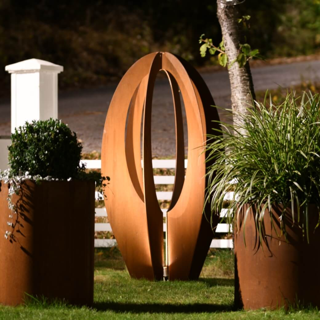 Tulip rund, staty, monument, trädgårdsbelysning, trädgårdsdesign, Cortenfabriken. Cortenfabriken skapar unik minimalistisk belysning & inredning för privat & offentlig miljö. Design för trädgård, uteplats & heminredning.