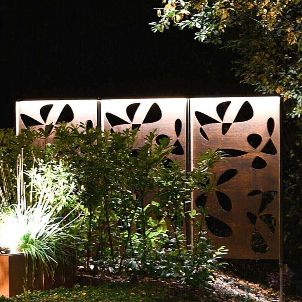 Flower skärm 1.8 m högt insynsskydd / skärmvägg / pergola / spaljé med fastsvetsade Cortenstolpar för att skapa avskildhet. Cortenfabriken skapar unik minimalistisk belysning & inredning för privat & offentlig miljö. Design för trädgård, uteplats & heminredning.